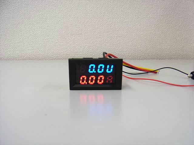 デジタル電圧計&電流計 パネルメーター(10A:DC0V-200V)の写真です。
