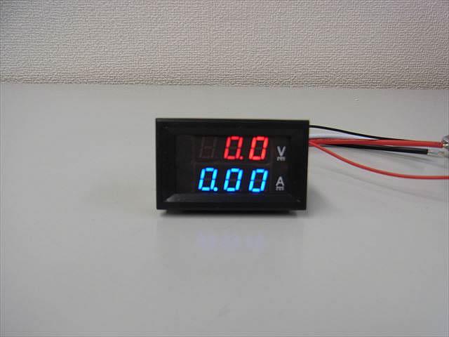 デジタル電圧計&電流計 パネルメーター(10A:DC0V-100V)の写真です。