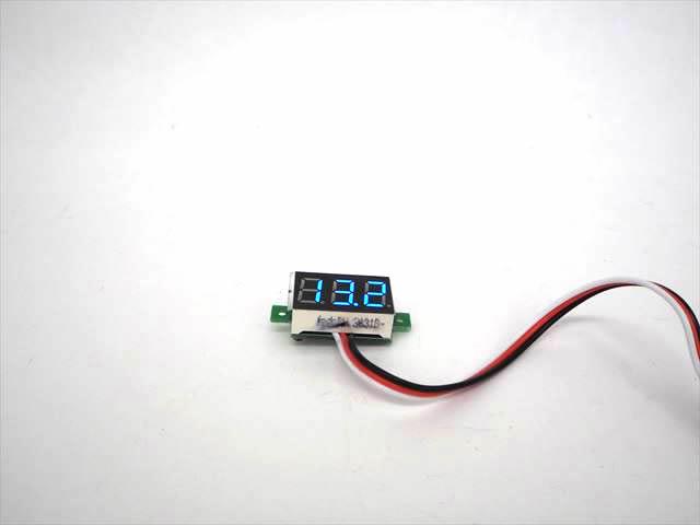 デジタルバッテリーメーター 青(DC0〜100V)の写真です。