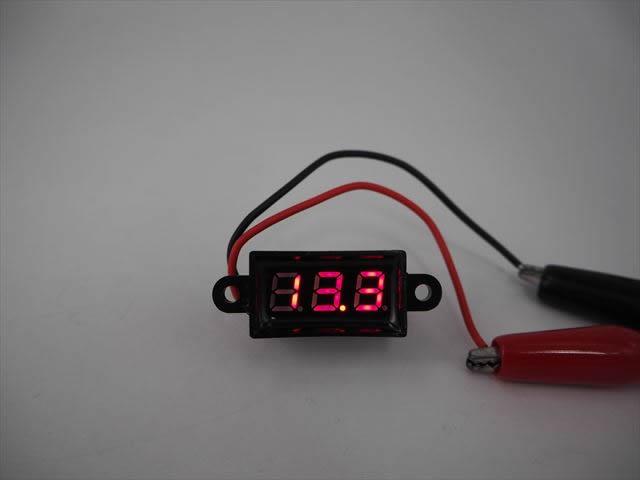 防水デジタルバッテリーメーター 赤(DC3.5V〜30V)の写真です。