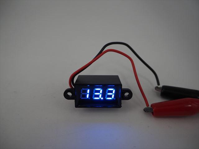 防水デジタルバッテリーメーター 青(DC3.5V〜30V)の写真です。