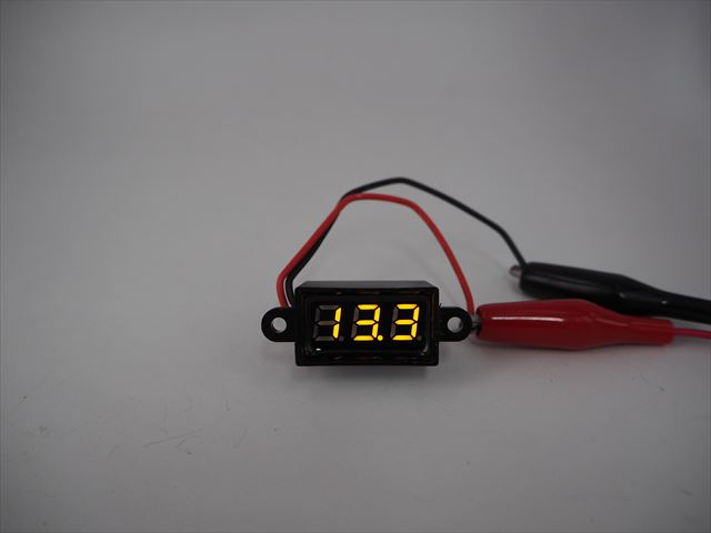 防水デジタルバッテリーメーター 黄(DC3.5V〜30V)の写真です。