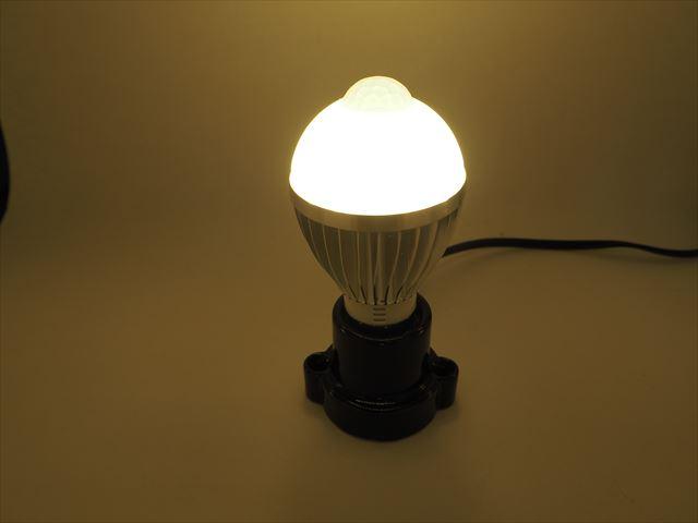 AC85〜265V用 5W モーションセンサー付 LEDバルブライト ※Warm Whiteの写真です。