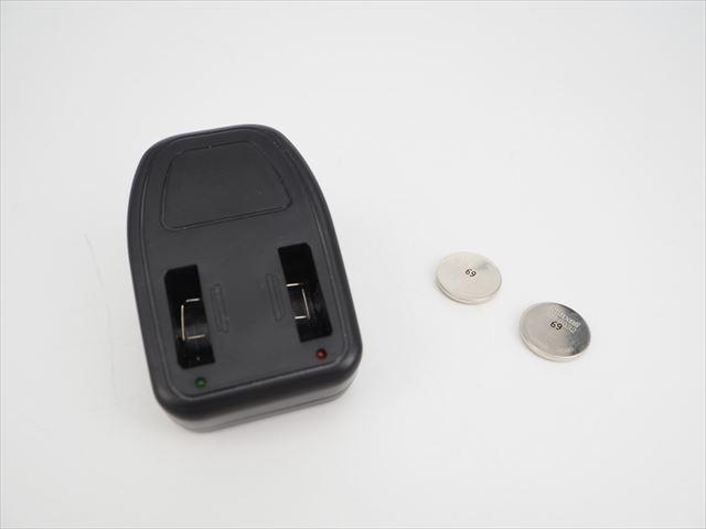 リチウムイオン ボタン形電池 充電器 FY-2450(出力3.6V)+二酸化マンガンリチウム ボタン型電池 Maxell ML2032(3V:65mAh)×2個セットの写真です。