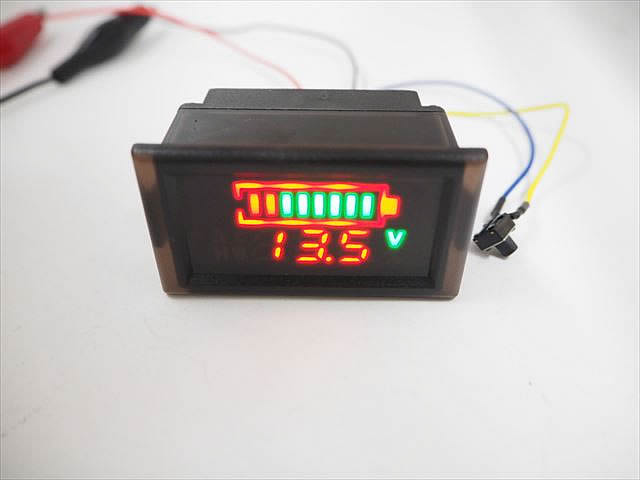 設定ボタン付き DC6V〜120V デジタル電圧計パネルメーター ※電圧/パーセント/残量ゲージ(初期値:鉛12V) 防水ケース入りの写真です。