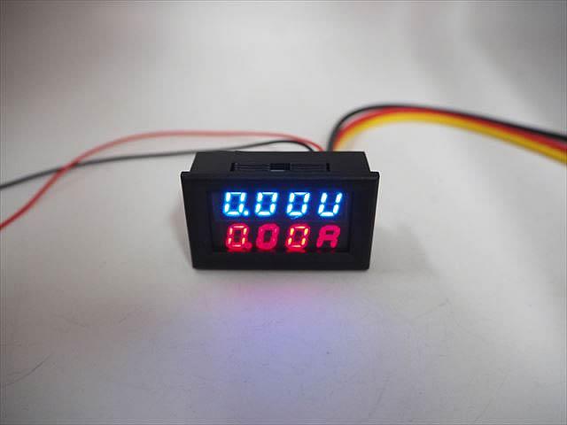 デジタル電圧計&電流計 パネルメーター(10A:DC0V-100V) 青+赤の写真です。