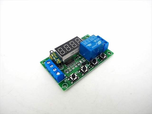 DC12V用 電圧検知リレースイッチ ※電圧モニター付きの写真です。