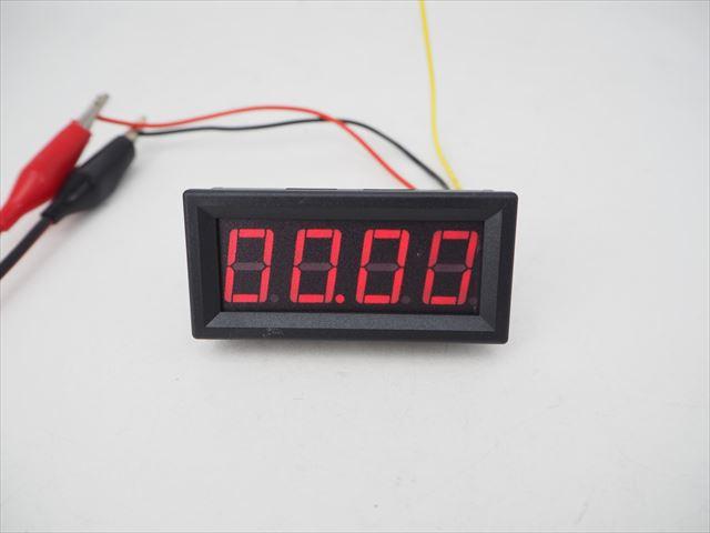 デジタル電圧計パネルメーター(DC0〜99.99V)赤の写真です。